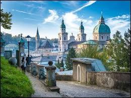 """La ville de """"Salzbourg"""" est située dans mon pays."""