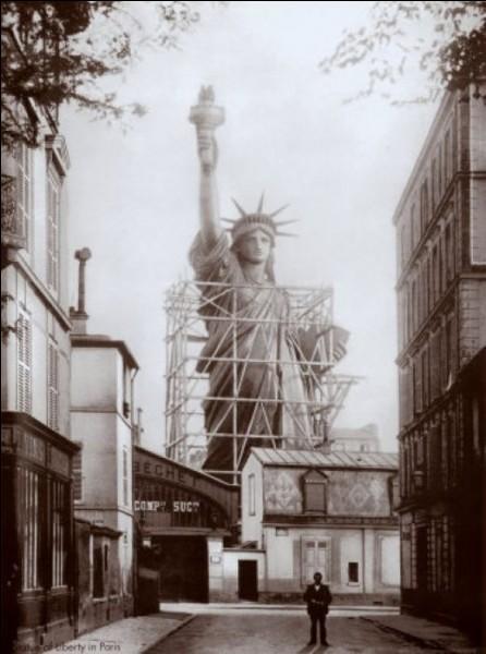 Remisée dans le ... arrondissement, on ne savait où mettre cette fabuleuse statue de la Liberté : on l'a donc offerte, et elle trône aujourd'hui encore à l'entrée d'un grand port. Lequel ?