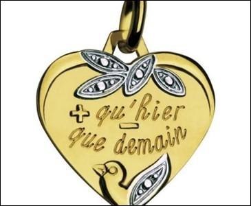Cette médaille, bien vendue pour la Saint-Valentin, est inspirée d'un poème, dont vous allez retrouver les vers :