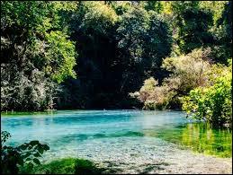"""La source d'eau """"Blue Eye"""" est située dans mon pays."""