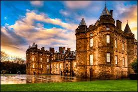 """Le """"palais de Holyrood"""" est situé dans mon pays."""