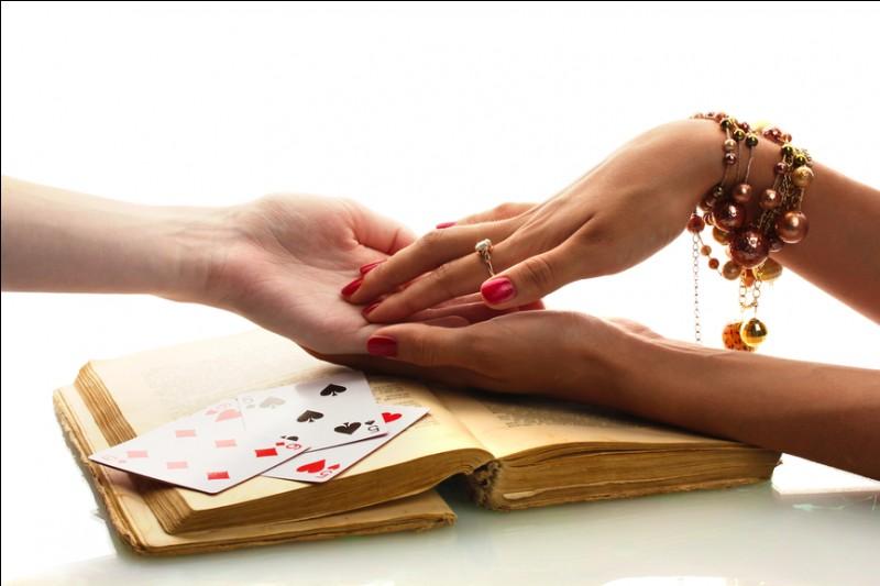 Comment se nomme l'art divinatoire par les lignes de la main ?