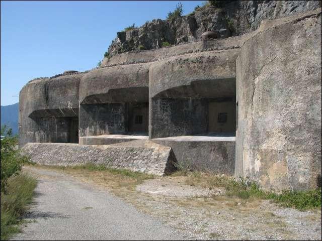 Le long des frontières de combien de pays limitrophes à la France, avait été construite la ligne Maginot ?