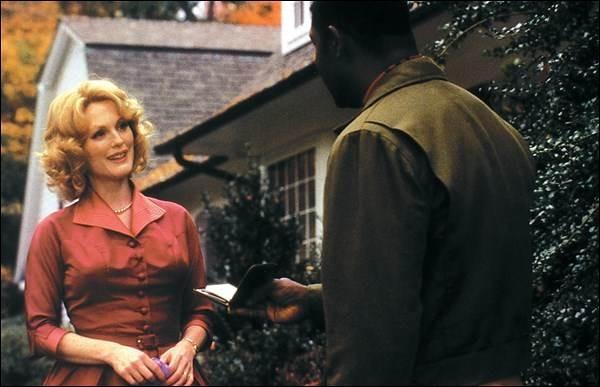 Dans l'État du Connecticut des années 1950, Cathy Whitaker (Julianne Moore) est une mère et une femme au foyer modèle. Frank, son mari (Dennis Quaid), a un travail important ; elle se découvre des affinités avec Raymond, son jardinier noir (Dennis Haysbert). C'est ...