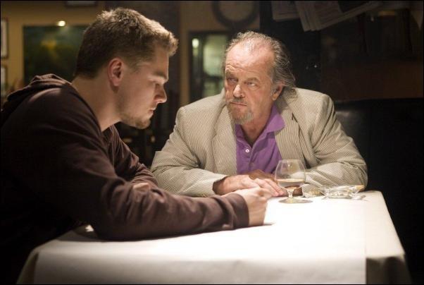 Matt Damon est Colin Sullivan, informateur de Costello (Jack Nicholson), chef du crime organisé à Boston ; Leonardo DiCaprio est Billy Costigan, agent de la police d'État du Massachusetts. C'est ...