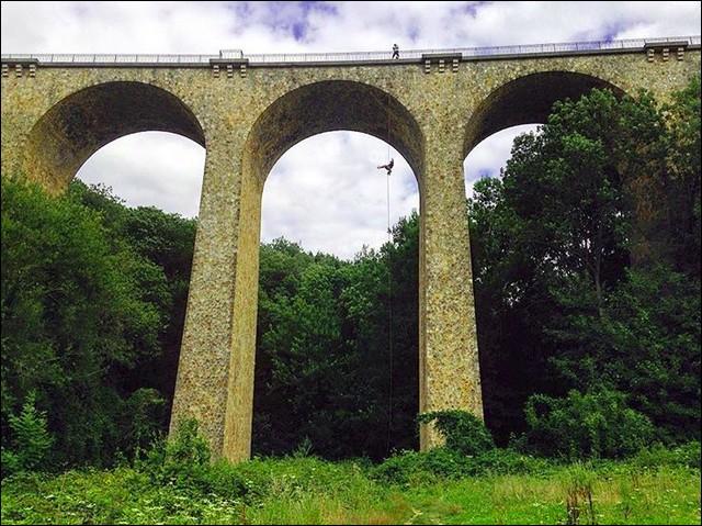 Nous aussi, en France, on sait faire des bidules qui joignent l'inutile au désagréable ! Celui-ci, non loin de Paris, est le viaduc ... (Complétez !)