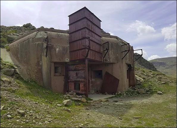 Ces fortifications sur la frontière nord-est du territoire français auront coûté, de 1928 à 1940, plus de 5 milliards de francs-or. On les avaient appelées... (Complétez !)