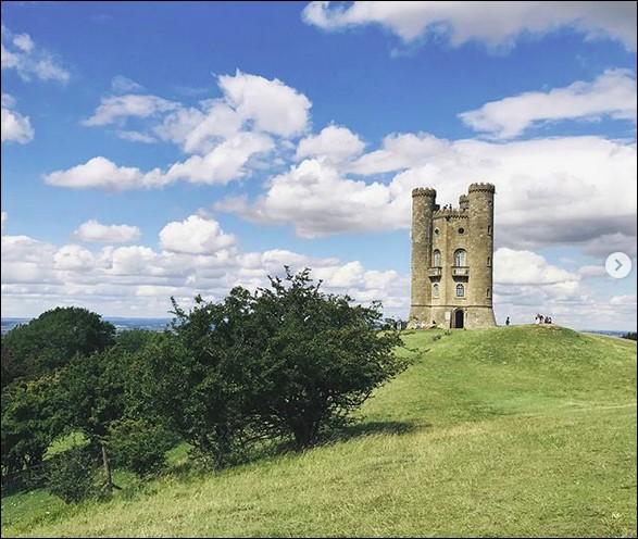 Cette tour de 1798 a été construite pour Mme la Comtesse puisse la voir de son domaine, à 35 km ! Elle porte le nom d'un lieu américain, et se situe dans un comté à la sauce anglaise... Lesquels ?