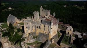 Dans la région Nouvelle-Aquitaine, département de la Dordogne, se trouve ce château médiéval. Comment s'appelle-t-il ?
