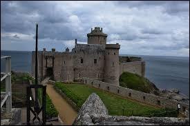 En Bretagne, vous pourrez admirer le Fort la Latte. Dans quel département se situe-t-il ?