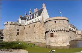 Voici le château des ducs de Bretagne. Dans quel département de la région Pays de la Loire se trouve-t-il ?