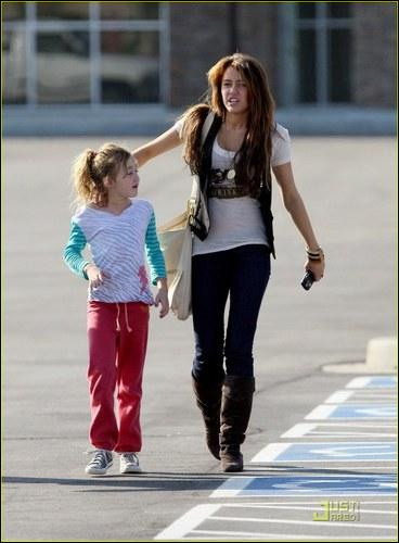 Qui est la petite fille à gauche?