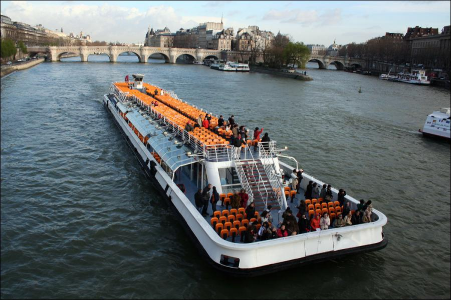 Les célèbres bateaux-mouches qui sillonnent la Seine à Paris furent conçus par l'ingénieur Gaëtan Mouche.