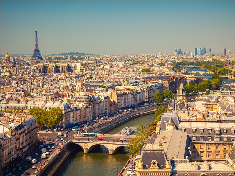 Cette ville abrite la plus belle avenue du monde et de nombreux monuments comme la tour Eiffel ou l'Arc de Triomphe. Son agglomération, ainsi que la ville en elle-même, comptent un peu moins de 10 millions d'habitants. Nous sommes en France et c'est…