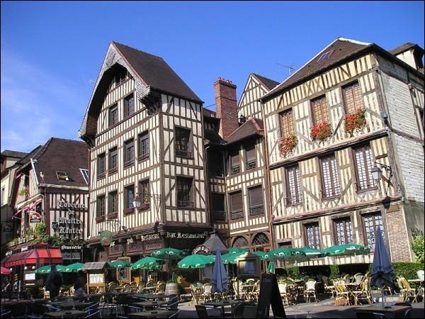 6 ans : c'est le temps qu'aura durée la période durant laquelle cette ville fut capitale, durant la guerre de Cent Ans (1419-1425) : Laquelle ?