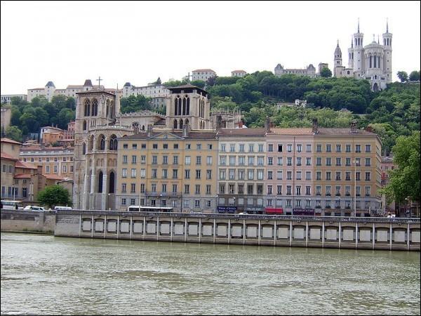Paris, capitale minuscule et en pointillés