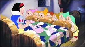 Elle s'endort, après son réveil elle aperçoit 7 nains. D'où reviennent-ils ?