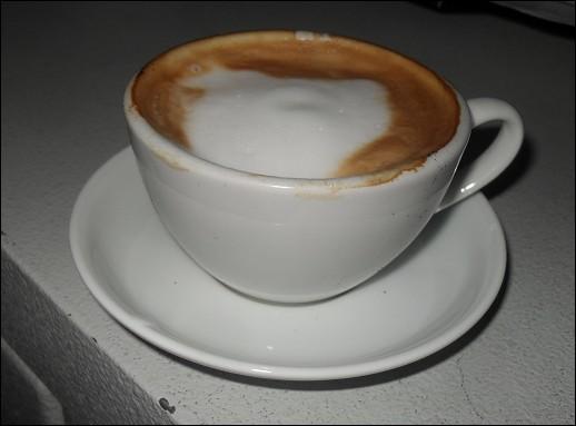 Ils sont en France, pour changer leurs habitudes ils vont consommer un café au lait !