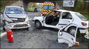 Lucienne a eu un accident de voiture, duquel elle est sortie ....