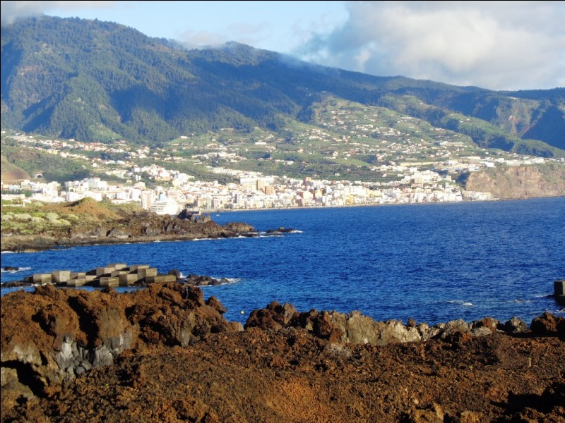 """Quelle est cette petite ville aux superbes balcons typiques et à l'architecture coloniale qui est la """"capitale"""" de l'île de La Palma ?"""