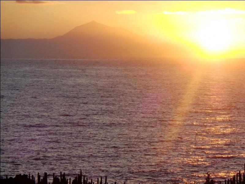 Voici un lever de soleil depuis la côte est de La Palma. Quelle est cette île voisine que l'on aperçoit en regardant vers l'est ?