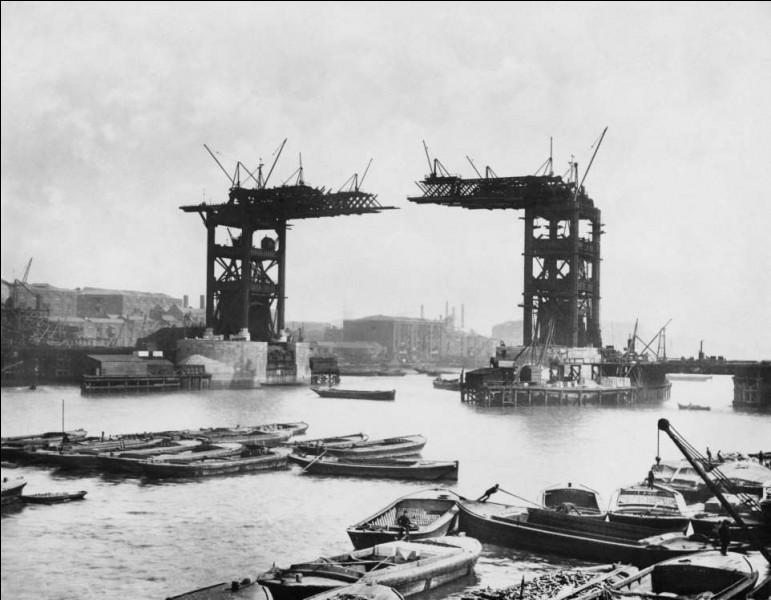 Le projet fut décidé en 1876 et se terminera en 1894. Aujourd'hui, il est admis que son architecture néogothique, son originalité et sa technicité spectaculaire font du pont (265 m de long) une icône de la ville mais, il a reçu sa part de critiques à ses débuts.Cochez l'endroit de cette photo où l'on voit les travaux qu'ont nécessités ce pont à bascule, le plus célèbre au monde ?