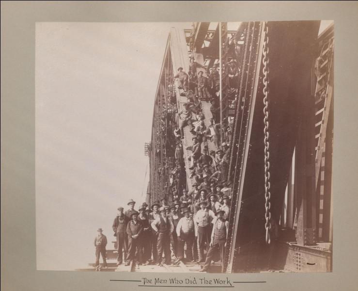 Sa construction au-dessus du St-Laurent, débute en 1857. C'est un pont tubulaire en plaques de fer rivetées : il figure parmi les ouvrages les plus audacieux de son époque. Son ingénieur est Robert Stephenson. Montréal reçut le prince de Galles pour l'inauguration en 1860 : c'était le plus long pont ferroviaire du monde.Quel est le nom de cette photo du pont Victoria, en rénovations en 1897 ?