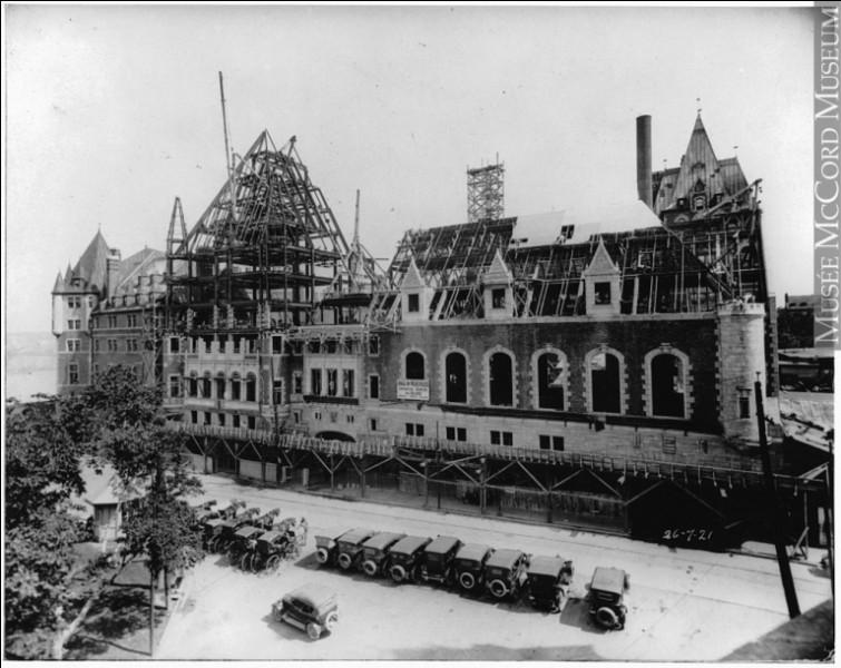 En 1892, les administrateurs de la ''Canadian Pacific'' et son PDG C. van Horne, décidèrent de la construction d'un hôtel prestigieux, au plus bel endroit, sur le cap Diamant, face au fleuve St-Laurent. Par la suite, le C.P. l'a intégré à sa chaîne hôtelière : on a aménagé à ses côtés, la Terrasse Dufferin, pour aller prendre une marche, après déjeuner.Quel hôtel est-on en train d'aménager ?