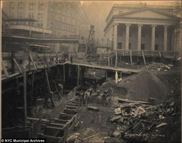 La photo (1901) a été prise ''downtown'' : on voit le creusement à partir du niveau de la rue, au coin Park Row & City Hall. C'est l'un des plus anciens systèmes de transport en commun au monde. La construction initiale englobait les 28 stations originales de Manhattan.Qu'est-on à entreprendre comme réseau électrifié dont les plus anciennes infrastructures en service de nos jours datent de 1885 ?