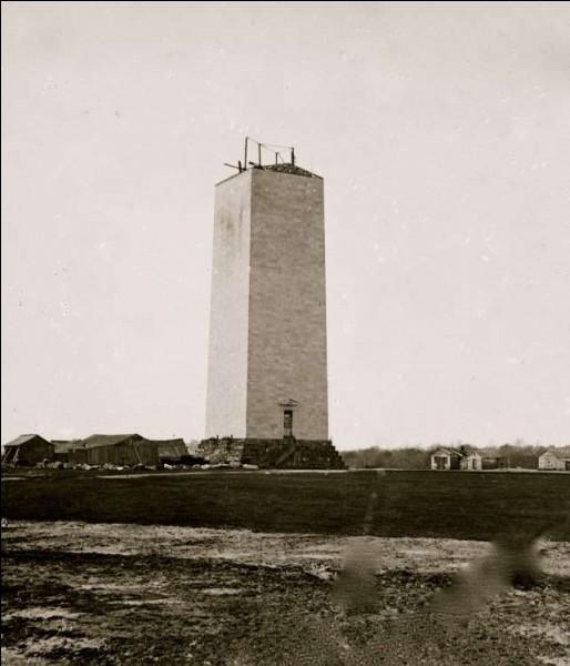Sa construction, aux plans de l'architecte Robert Mills, a débutée en 1848 mais la guerre civile américaine a interrompu les travaux (la photo est de 1864) ce qui a repoussé l'inauguration à 1884.Quel est cet obélisque, qui une fois terminé, était le plus haut bâtiment du monde, mesurant 170 m ?