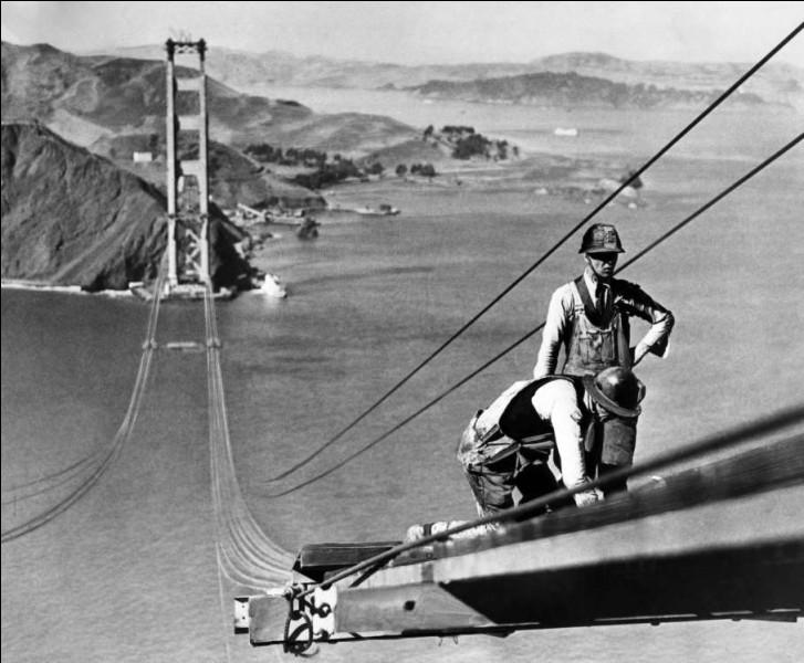 Quel défi c'était pour l'époque, soit le pont suspendu le plus complexe, et surtout le plus long jamais construit. Le chantier a débuté en 1933. Le pont a été inauguré le 27 mai 1937 par Franklin Delano Roosevelt, qui a signalé le début de la circulation automobile en pressant sur un bouton depuis Washington. Ici, sur la photo, vous m'expliquez ce qu'ils font ?
