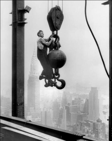 On a oublié le nombre de morts qu'il y eut au début des 1ers gratte-ciel. Par la suite, pour tout ce qui s'est bâti en Amérique, on a embauché uniquement des Amérindiens : ils n'auraient pas le vertige ou ils le contrôleraient mieux. Les Mohawks de Caughnawaga sont des ferronniers depuis 6 générations, en 1886, lorsque les 1ères Nations se sont lancées dans le métier. Situez où est cet acrobate ?