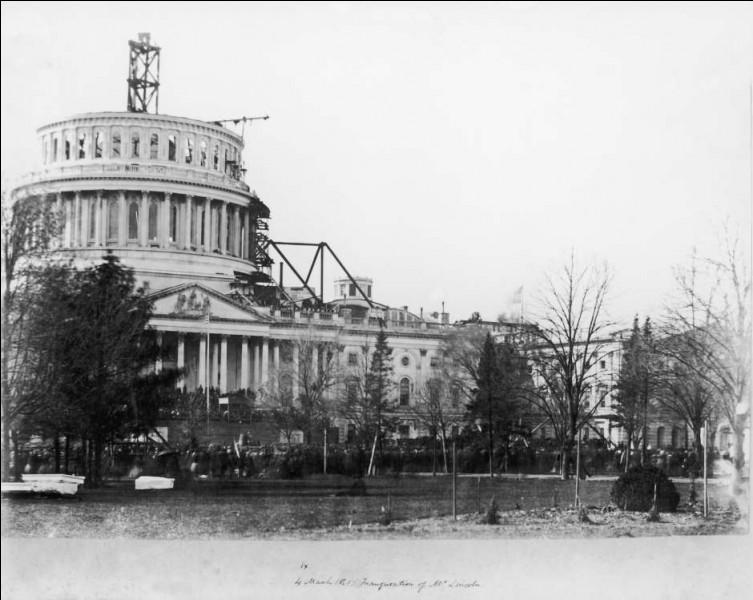 La construction de sa seconde coupole va de 1855 à 1866. Son architecte Walter fut influencé par les réalisations européennes (Panthéon, Saint-Pierre). La photo a été prise le jour de l'investiture d'Abraham Lincoln, 4/03/1861.L'édifice est composé d'un anneau de 36 colonnes : on voit installée une grue à vapeur (alimentée par le bois de l'ancienne voûte).Qu'érige-t-on pour le siège du Congrès ?
