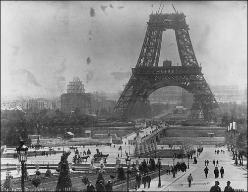 Les ingénieurs du milieu du XIXe siècle cherchaient à résoudre le défi technologique d'une tour de 300m. C'est l'utilisation du métal qui solutionna le problème. Cette tour, en prévision de l'Exposition universelle de 1889, a rendu son constructeur célèbre et est devenue le point de mire de la capitale.Nommez cet ouvrage dont l'on voit une photo de 1888, pendant le montage de la 2e plate-forme ?