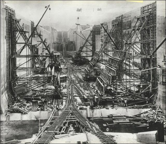 Le concept de ce passage remonte au XVIe siècle, mais la première tentative de construction fut effectuée en 1880, sous l'impulsion française de Lesseps. Le travail fut terminé par les États-Unis après que Théodore Roosevelt s'y fut impliqué.Quel évènement a été photographié sur ce document qui date de 1912 ?