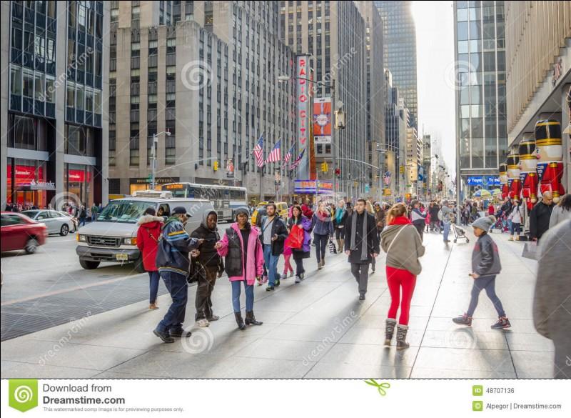 Tu vas à l'école (en voiture) et tu la vois sur le trottoir. Que fais-tu ?