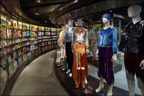 """Dans quel pays se trouve, récemment ouvert, le musée """"ABBA"""", la vitrine tant attendue des musiques et costumes du groupe ?"""