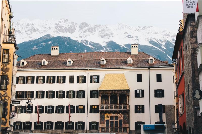 """""""Das Goldene Dachl"""" ou """"Petit toit d'or"""" est une composante importante de la place principale de quelle ville du Tyrol autrichien ?"""