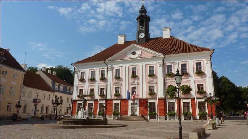 Quelle ville estonienne est la plus ancienne des pays baltes et abrite l'une des plus anciennes universités d'Europe du Nord ?