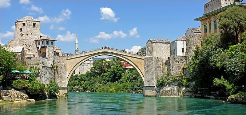 Avec un pont enjambant la Neretva, la ville frontière ottomane de Mostar se trouve dans quel pays ?