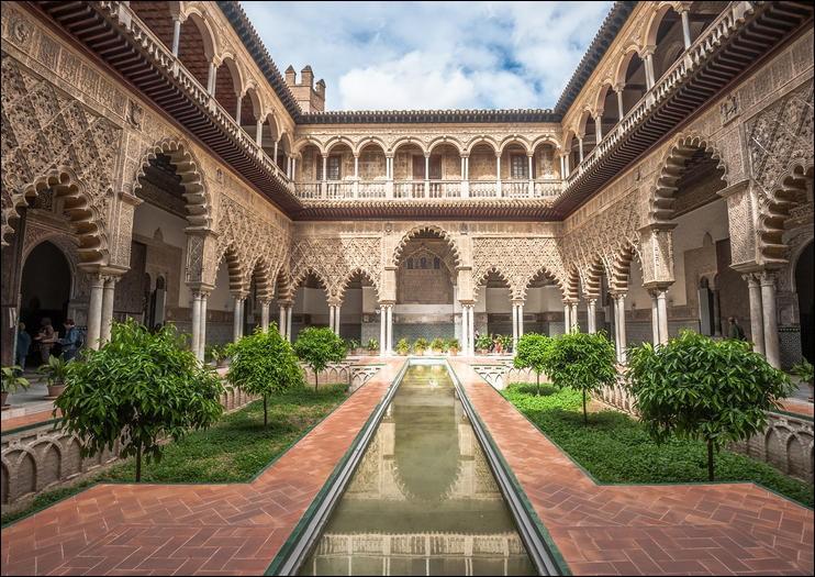 Située dans la ville espagnole de Séville, quel est le nom de la forteresse conçue dans le style mauresque pour le roi Pedro ?