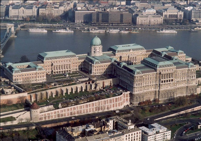 Le château de Buda, un château du XIIIe siècle situé le long des rives du Danube, se trouve dans la capitale de quel pays ?