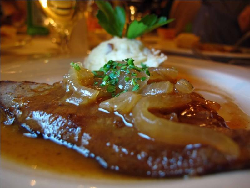 La sauce lyonnaise est à base de vin, de beurre, de vinaigre blanc et d'oignons.