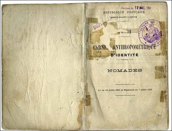 """1912 - 1969 > Pour simplifier les choses, on oblige """"ces gens-là"""" à se munir d'un document au nom évocateur, à faire viser par les autorités de Police tous/toutes les ... (Complétez !)"""