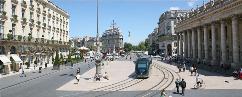Qui a démissionné de la mairie de la ville de Bordeaux pour entrer au Conseil constitutionnel ?