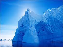 Jules Vernes a rédigé un récit dans lequel est décrit un paquebot baptisé 'Le Titan' qui, après une rencontre avec un iceberg, fit naufrage.