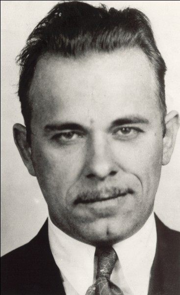 Ce gangster de la Grande Dépression, abattu par la police à Chicago, dont les nombreuses évasions et braquages ont nourri la légende, c'est ...