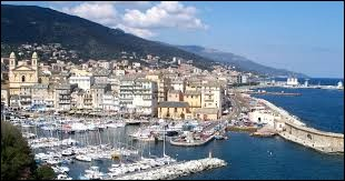 Dans quelle ville voit-on ce port ?