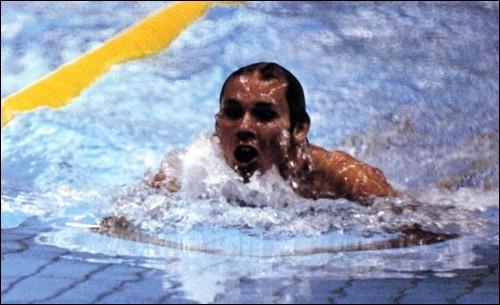 Cet ancien nageur américain, spécialiste des épreuves de brasse, triple champion olympique et double champion du monde dans les années 1970, c'est ...