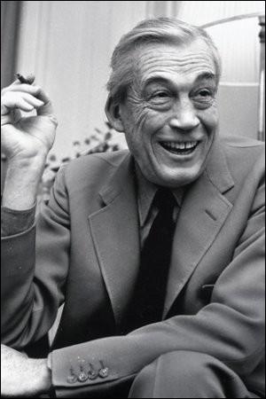"""Ce cinéaste, réalisateur de """"Quand la ville dort"""", """"Le Faucon maltais"""", """"L'Homme qui voulut être roi"""", c'est ..."""